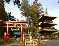 御社頭 鳥居と三重の塔(宝永8年建立)